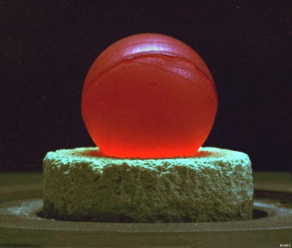 Файл:Plutonium-238 oxide glowing sphere.jpg