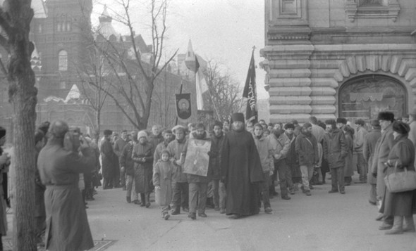 Proto-Russian-March-1989-Red-Square-Monarchist-Procession-1.jpeg