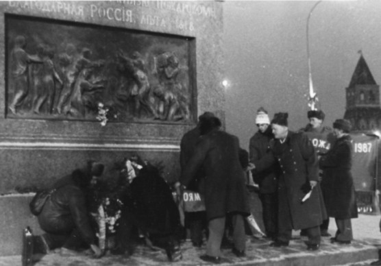 Файл:Laying-Wreath-to-Monument-Minin-and-Pozharsky-November-4th-1987.jpeg