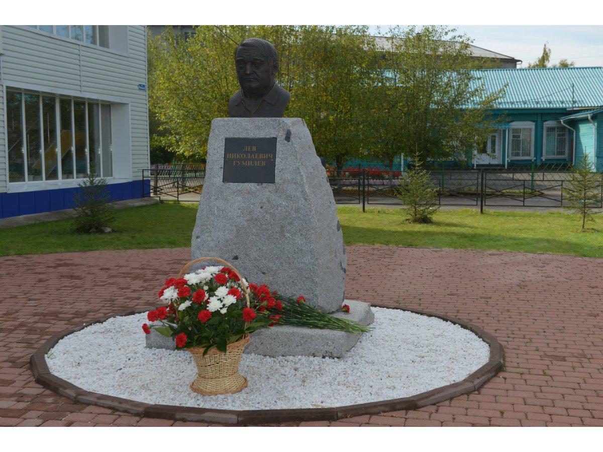 Мемориальный комплекс с крестом Горно-Алтайск Резные памятники Славгород