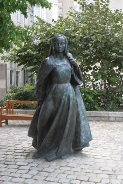Файл:Statue of Anne of Britanny near castle in Nantes France.jpg