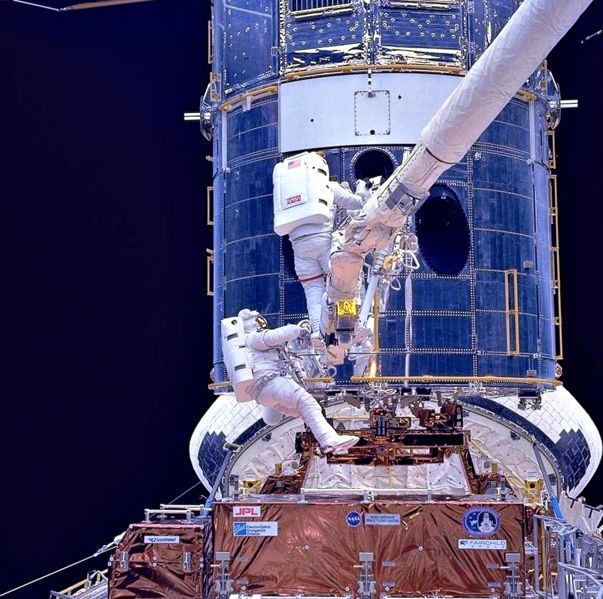 Файл:Upgrading Hubble during SM1-2.jpg