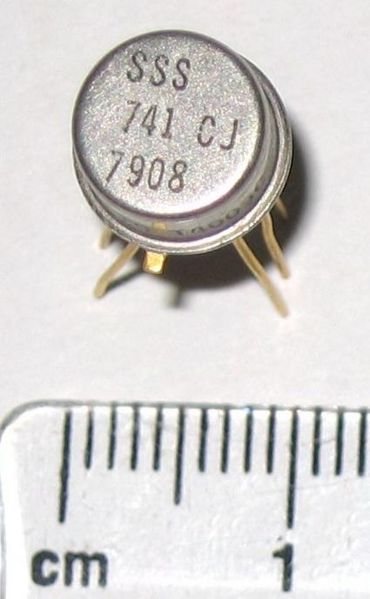 Файл:741 op-amp in TO-5 metal can package close-up.jpg