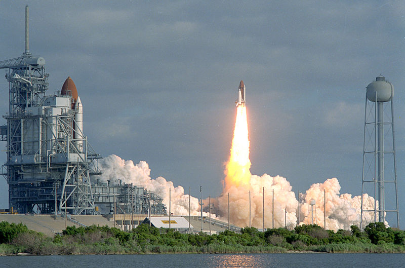 Файл:STS31 carries Hubble to orbit.jpg