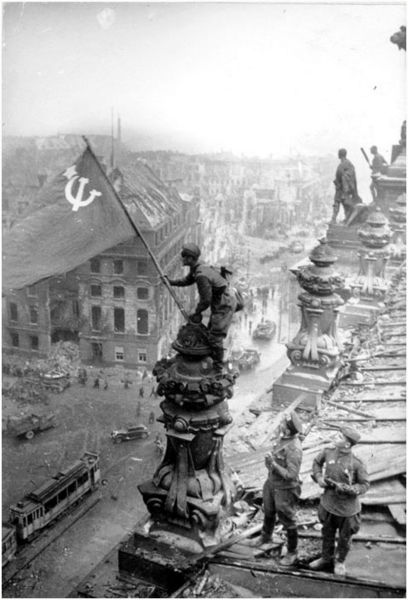 Файл:Red-flag-on-Reichstag, another angle, no smoke..jpg